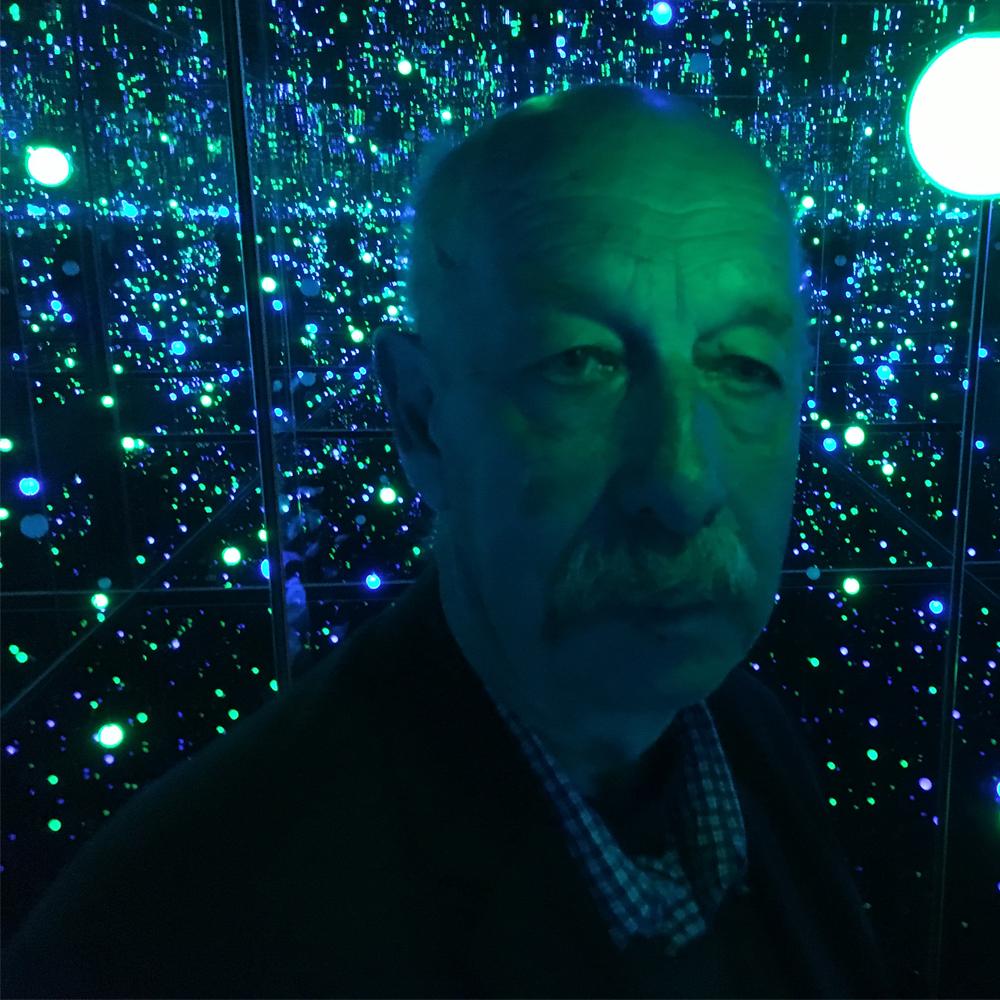 Fotografi av en man som besöker fasta installationen på Louisiana i Danmark