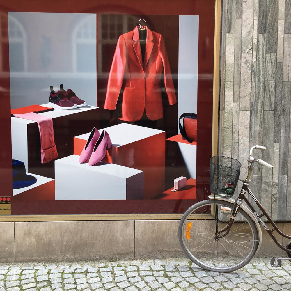 fotografi av ett skyltfönster i Malmö. Bilden påminner om en Edvard Hopper tavla.