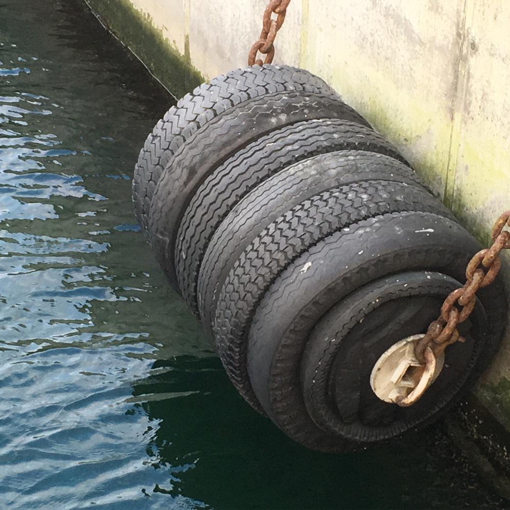 Lastbilsdäck som fender i Malmö hamn